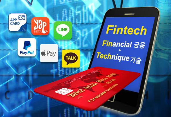 현재 모바일 간편 결제시장에서 적용하는 방식은 크게 앱 카드와 근거리무선통신(NFC, Near Field Communication) 방식이다. 앱 카드는 고객이 가지고 있는 신용카드 정보를 입력해 일회용으로 생긴 바코드나 빠른 반응을 할 수 있게 해주는 QR(Quick Response)코드로 결제하는 방식이다. 실제 카드번호가 아닌 일회용 가상번호를 이용하는 토큰 결제 방식으로 보안성이 높다. NFC 방식은 고객의 개인 정보를 담은 가입자식별모듈(USIM) 칩을 스마트폰에 넣고 휴대폰을 가맹점의 NFC 단말기에 대서 결제할 수 있다. 애플과 구글을 비롯해 하나·BC카드, T머니 등에서 NFC 방식을 사용하고 있다.