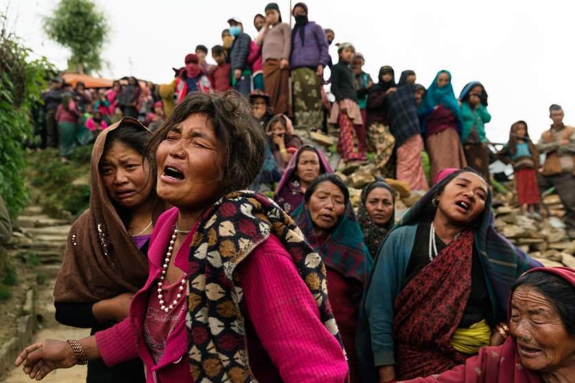 25일 네팔 수도 카트만두 인근에 강도 7.8 규모의 지진이 발생했다. 이 사고로 약 2500명이 숨을 거두고 약 5000명이 부상당한 것으로 알려졌다. 최악의 경우 사망자가 1만 명에 달할 수도 있다는 관측이 나왔다.
