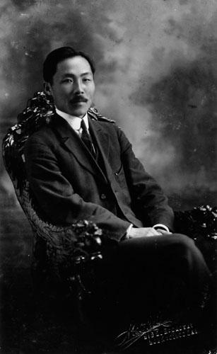 안창호는 대한제국의 개혁, 계몽운동가이자 일제 강점기의 독립운동가, 교육자, 정치가이다. 평안남도 출신이며, 본관은 순흥, 호는 도산, 종교는 개신교이다. 구한 말 만민공동회에서 강연을 하였으며, 배워서 익히는 것의 중요성을 설파하였다. 그러나 일본 제국의 영향력이 강대해지자 미국으로 망명, 이후 미국 사회에서 활동하였으며 1919년 상하이에 임시의정원과 임시정부가 수립되자 임시정부에 참여하여 활동했다. 자료=위키백과