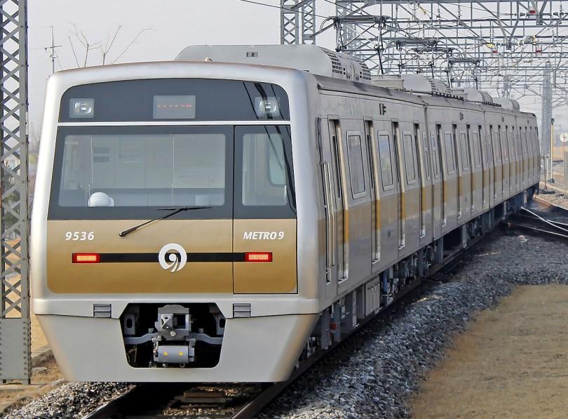 서울 지하철 9호선(서울 地下鐵 九號線)은 대한민국 서울특별시 강서구에 있는 개화역과 서울특별시 송파구에 있는 종합운동장역을 잇는 서울특별시의 도시 철도 노선이자, 수도권 전철의 운행 계통이다. 이 중 개화역부터 신논현역까지는 서울 지하철 가운데 처음으로 수익형 민자사업(BTO)으로 건설한 노선이며, 2009년 7월 24일에 개통한 노선이다. 언주역에서 종합운동장역은 2015년 3월말에 개통됐다. 2010년 일평균 통행량은 예측 통행량 대비 97% 수준이었으며, 일평균 17만2,840명(환승 승차 제외)이 이용하고 있었다. 2012년의 일평균 통행량은 예측 통행량 대비 103.8%를 기록하고 있으며, 일평균 22만2,320명이 이용하고 있는 것으로 집계되고 있다. 노선 안내도 등에 사용되는 노선 색은 황금색이다. 자료=위키백과