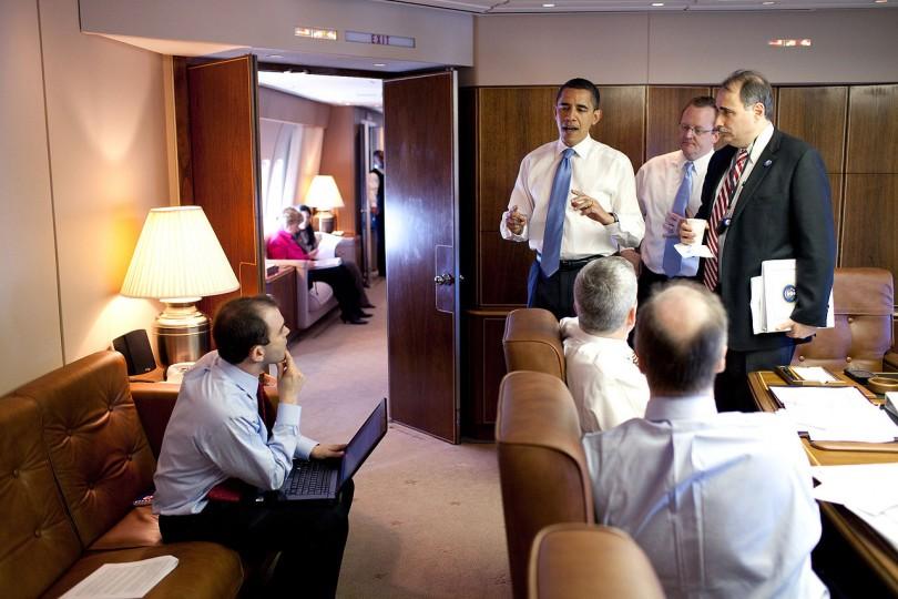 대통령 전용기에서 참모진들과 얘기를 나누고 있는 오바마. 사진=위키백과