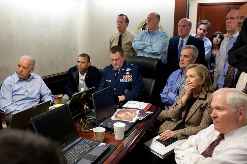 오사마 빈 라덴의 사살 소식을 듣고 있는 오바마와 그의 행정부. 사진=위키백과