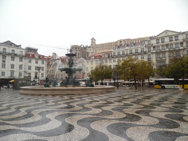 리스본의 호시우 광장. 바닥 패턴은 칼데라