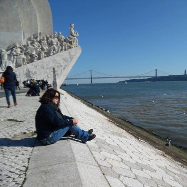 테조(Tejo)강 발견의 탑 옆에 앉아있는 나. 벨렘지구, 리스본