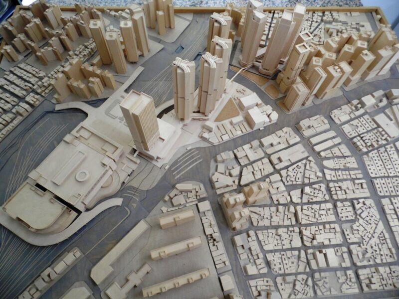 도시 속에는 여러 가지 특성을 갖는 건축이 존재한다. 각자의 특성은 있으되 건축과 건축, 도시와 건축 간의 소통과 교류가 도시 안에서 이뤄져야 한다. 이와 같은 소통과 교류가 이뤄지기 위해 마당과 같은 역할을 할 수 있는 공간과 경계 허물기, 비움의 공간 등이 필요하다. 공간의 관계성을 통해서 사람들에게 보다 행복하고 다양한 문화를 창출할 수 있도록 만들고 싶은 게 나의 건축에 대한 철학이다.