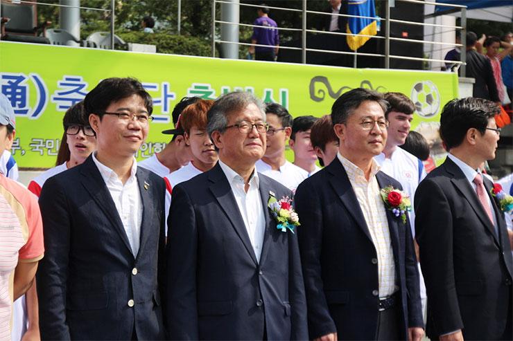 홍용표 통일부장관(왼쪽서 세번째), 손광주 남북하나재단 이사장(왼쪽서 두번째)은 통통축구단 출범식에 참석해 선수들을 격려했다.