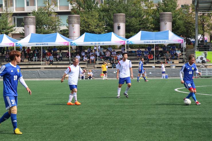 손광주 남북하나재단 이사장(왼쪽서 두번째)은 통통축구단 선수들과 축구 경기에 직접 참여했다.
