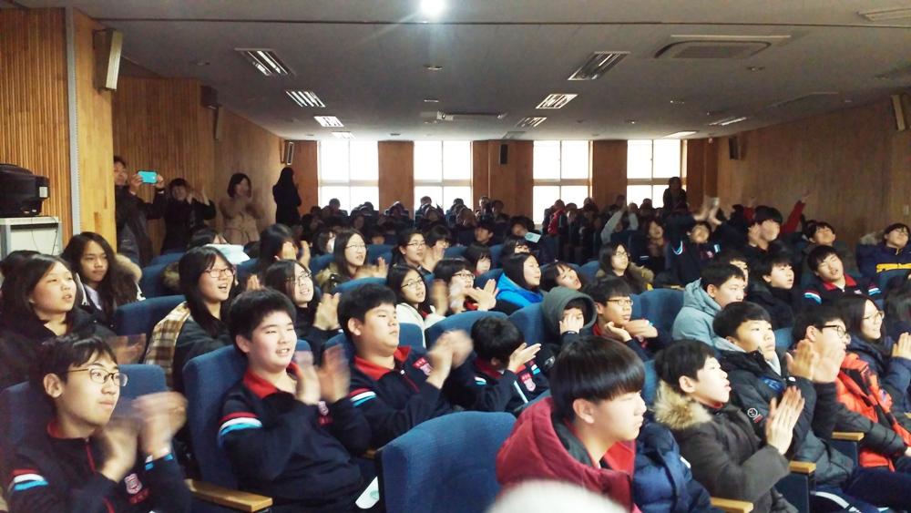 강남오페라단(단장 소프라노 김현정, 수원대 교수)은 지난 12월 9일 교육과 재미, 진로지도와 감동을 결합한 학교 순회 스쿨 클래식 콘서트 투어로 강남구 개원중학교를 찾아 400여 학생들 앞에서 감동의 공연을 펼쳤다.
