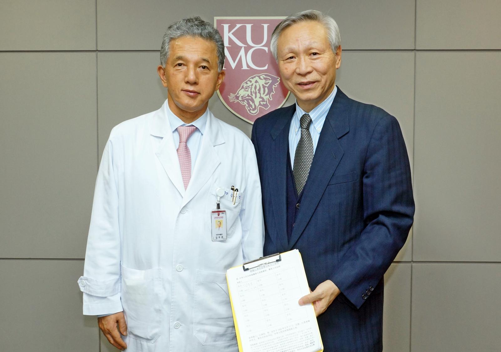 고려대의료원장 김우경 교수(왼쪽)와 이승원 IAEOT 회장이 고발 연대 서명에 동참한 후 함께 사진 촬영을 했다. 사진=국제장기이식윤리협회