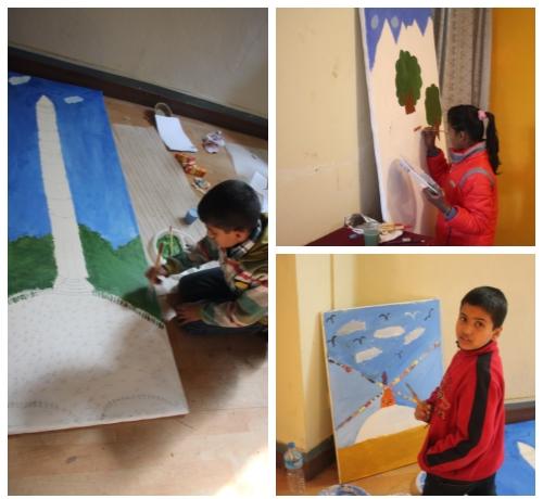 독일인 화가 까리 쿠펠 씨의 '어린이도 할 수 있다' 워크숍이 한 갤러리에서 열렸다. 어린이들이 붓을 들고 열심히 그림을 그리고 있다. 사진 왼쪽은 지진으로 무너진 빔센 다라하라 세계문화유산을 그리고 있는 모습이다. 사진=김형효