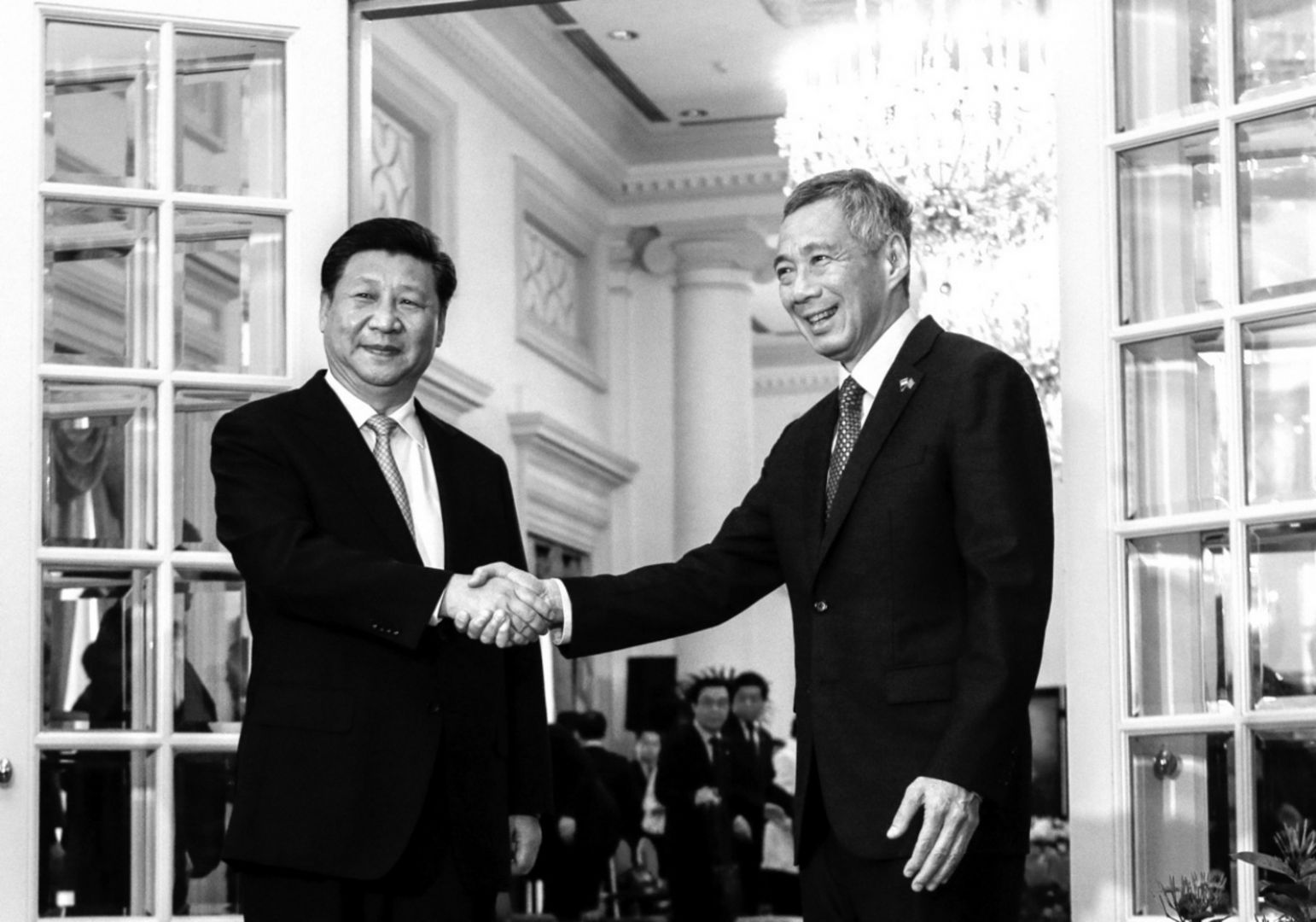 Chinese President Xi Jinping(L) and Singapore Prime Minister Lee Hsien Loong shake hands for the media at the Istana presidential palace in Singapore, November 7, 2015. REUTERS/Wallace Woon/Pool