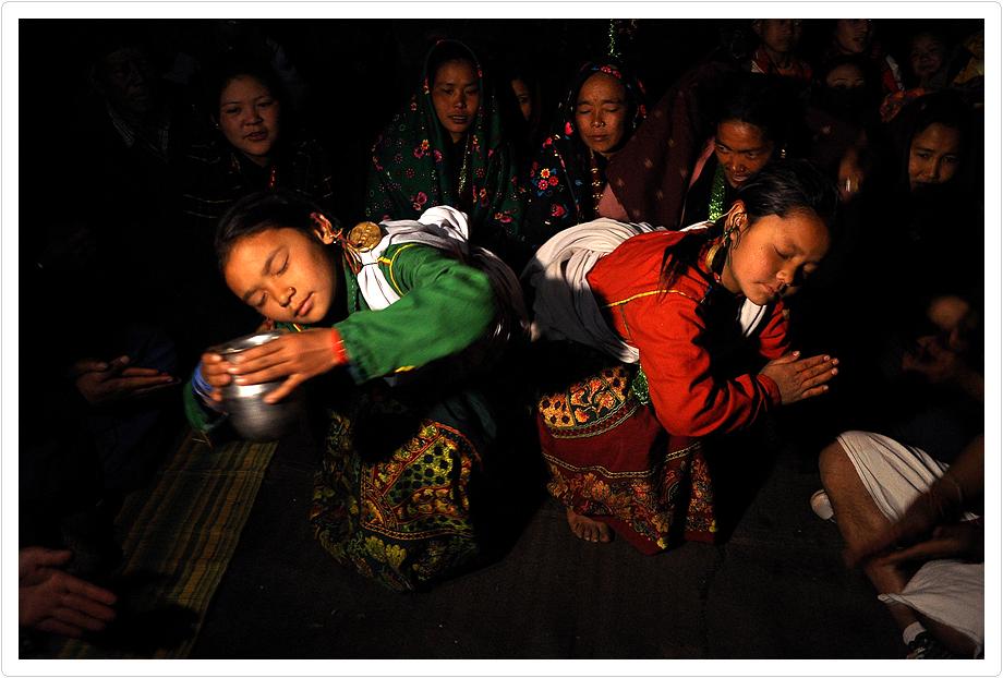 이번 전시는 네팔 교과서 후원 성금을 모금하기 위해 기획한 것이며, 이를 위해 4월 15일 즈음 네팔 교육부장관과 교과서편찬위원장, 기자 3명, 화가 1명 등 총 6명이 방한할 예정이다. 사진은 구릉족의 가투 댄스 모습이다., 사진=Gopen Rai, 2014.