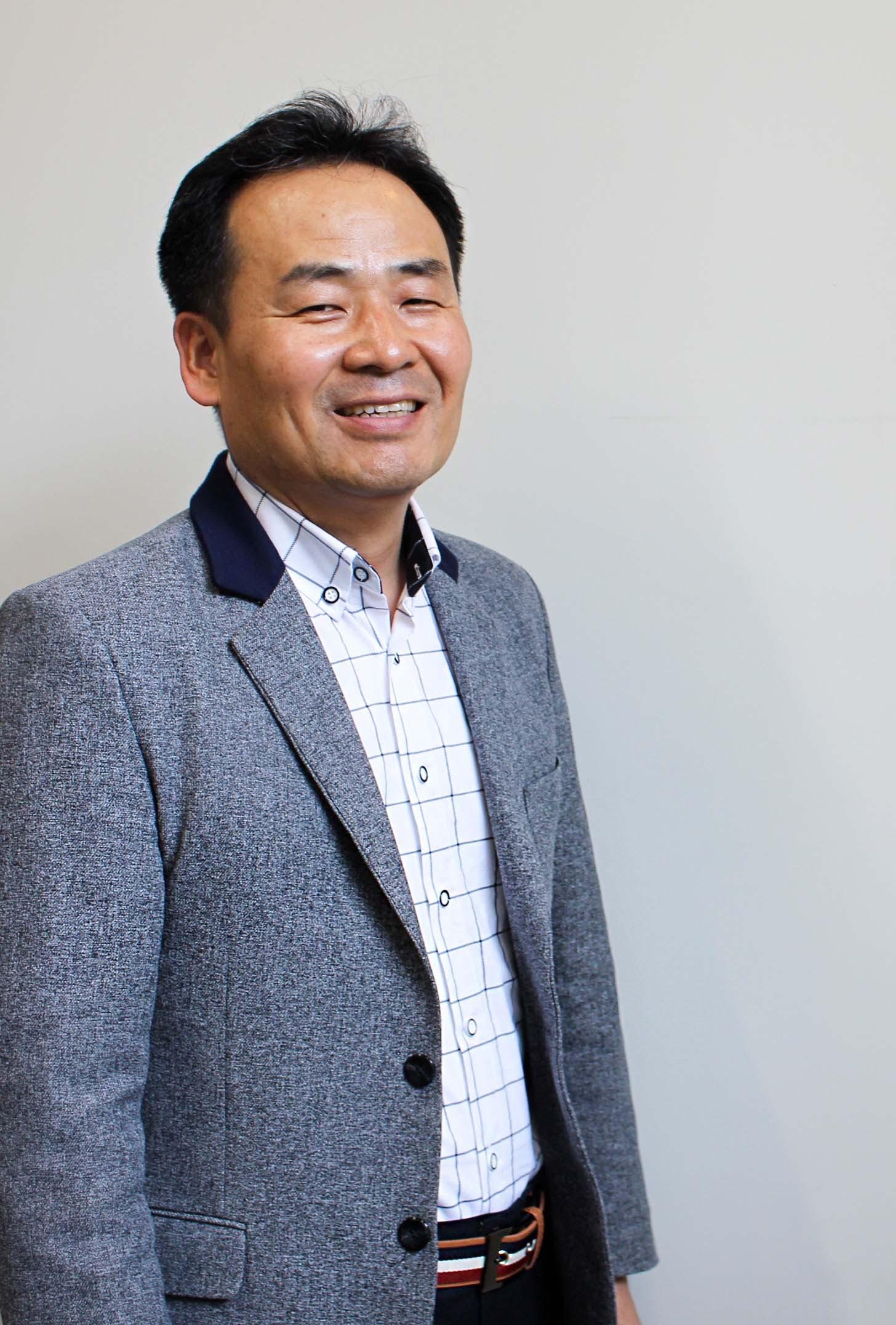 1987년 전자신문을 시작으로 27년 이상 신문기자로 일했다. 전자신문(1987~1988), 서울경제신문(1988~1995)을 거쳐 1995년부터 한국경제신문(1995~2014)에서 기자로 근무했다. 생활경제부장, IT부장, 기획부장, 디지털전략부장과 IT 전문기자 겸 한경플러스부장(부국장)을 지냈다. 한경플러스부장 시절에는 사실상 사내 벤처를 운영했다. 개발자와 디자이너를 거느리고 한국경제의 디지털 신문인 '한경플러스서비스'를 이끌었다. 김 센터장은 기자 시절 '광파리'란 필명으로 온라인 공간에서 주로 테크(IT) 소식을 전하는 큐레이터 역할도 했고, '광파리의 IT 이야기' 블로그도 운영했다. 블로그, 트위터, 페이스북, 구글+ 등을 통해 IT 소식을 쉽고 재미있게 전달했다. 김 센터장은 1961년생으로 전남대 영문과, 서강대 대학원 영문과와 서강대 경제대학원(국제경제)을 졸업했다. 2015년 1월 1일 은행권청년창업재단 기업가정신센터(D.CAMP) 센터장으로 취임했다.