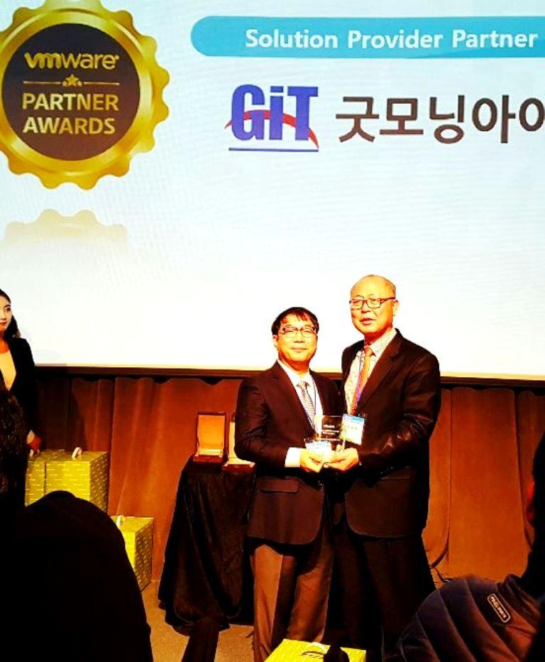 가상화·클라우드 전문기업 굿모닝아이텍(대표 이주찬)이 11일 서울 청담동 씨네시티에서 열린 'VM웨어 파트너의 밤'에서 지난해 최고 매출 파트너상을 수상했다. 이와 함께 신준균 영업본부 이사가 탁월한 영업력을 발휘한 영업대표에게 시상하는 '전략적 수주상(Strategic Win of the Year)'을 수상했다고 밝혔다.