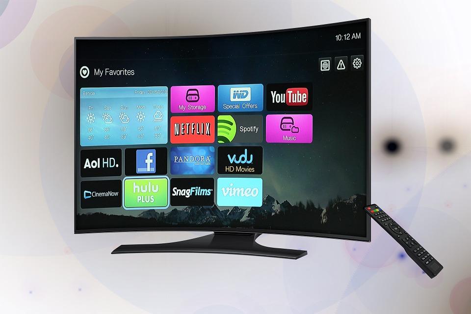 """삼성전자 미국법인 데이브 다스 상무는 """"삼성 QLED TV는 TV와 주변기기가 어지럽게 놓여진 지저분한 거실 한 켠으로 묘사되던 오랜 골칫거리를 드디어 해결했다""""며 """"아름다움과 편리함이라는 소비자 가치를 동시에 제공하는 삼성 QLED TV를 더 많은 분들이 경험하실 수 있기를 바란다""""고 말했다."""